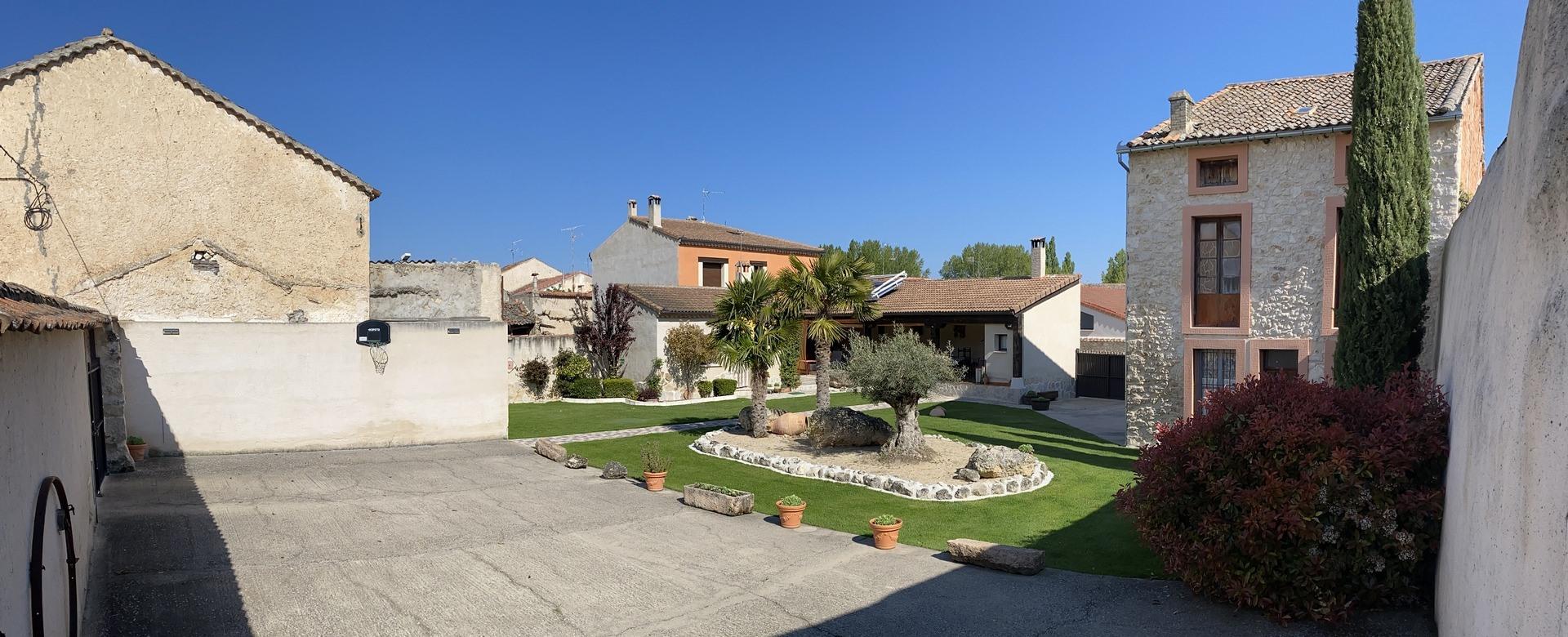 Inmenso patio y porche